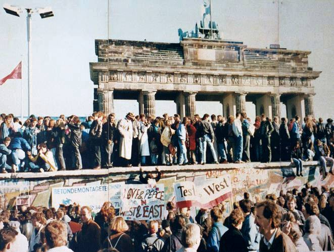 Lear 21 at English Wikipedia, West and East Germans at the Brandenburg Gate in 1989, CC BY-SA 3.0
