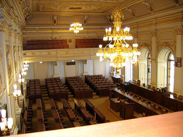 Foto: Sitzungssaal des Abgeordnetenhauses - Foto: Wikimedia Commons/Ervinpospisil, CC BY-SA 3.0